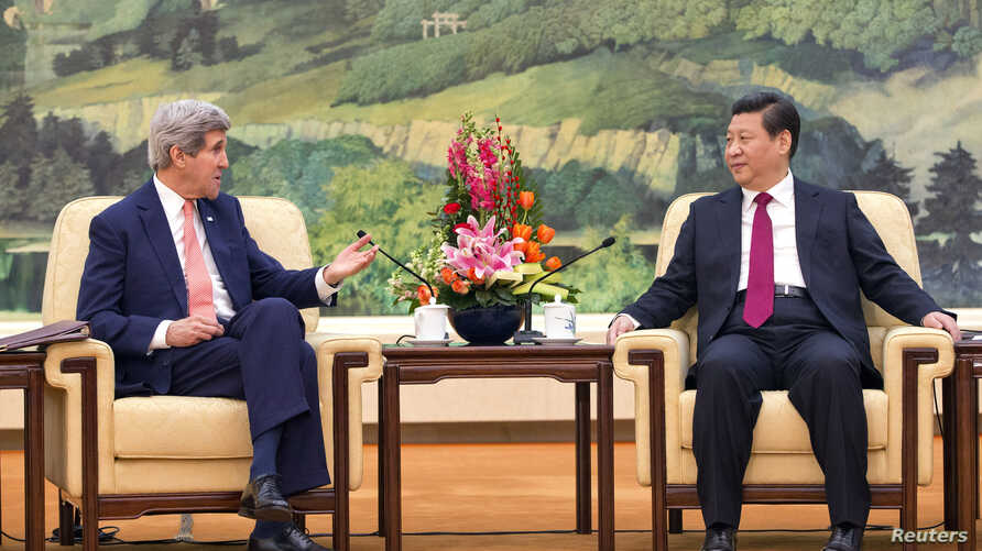 U.S. Secretary of State John Kerry (L) meets with Chinese President Xi Jinping at the Great Hall of the People in Beijing, Feb. 14, 2014.