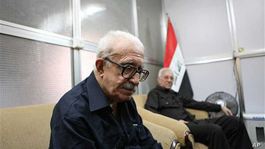 Tariq Aziz (L), former Iraqi foreign minister and deputy prime minister speaks to the Associated Press in Baghdad, Iraq, 05 Sep 2010