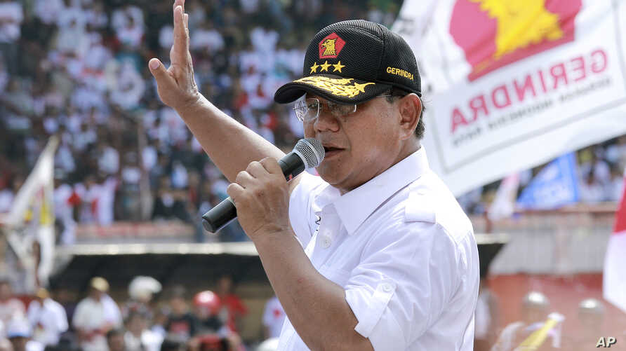 Indonesian presidential candidate Prabowo Subianto delivers a speech during a campaign rally in Makassar, Sulawesi island, June 17, 2014.