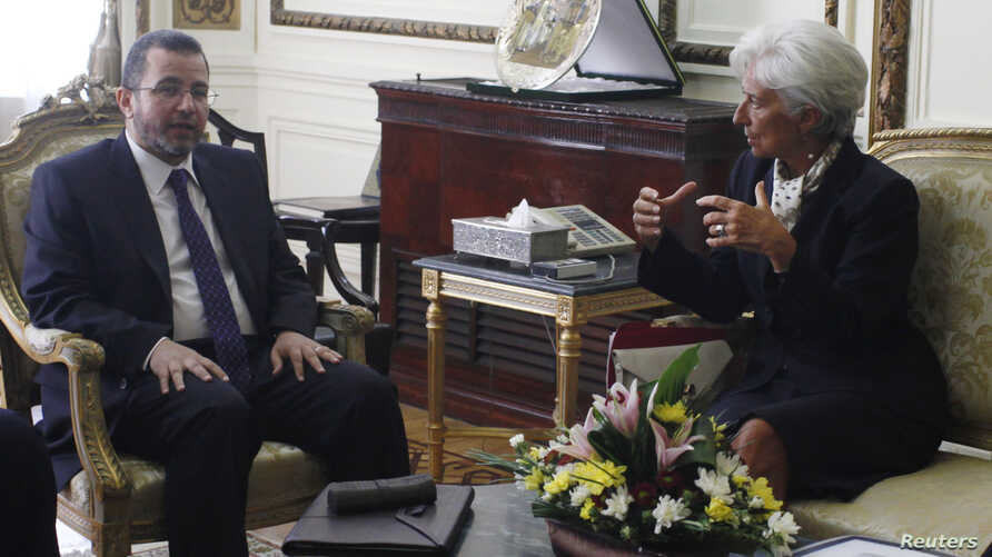 IMF Managing Director Christine Lagarde talks with Egypt's Prime Minister Hisham Kandil at the cabinet headquarters in Cairo, August 22, 2012.