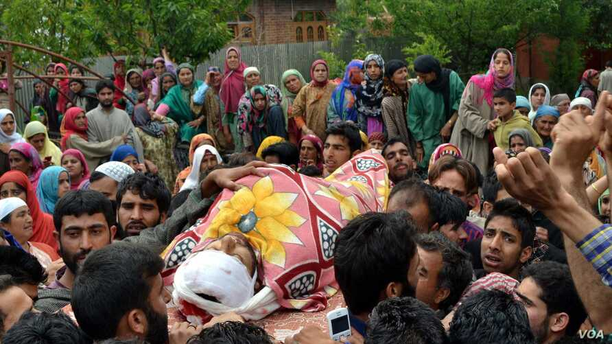 Funeral procession of Aijaz Ahmed Reshi, a former Harkat-ul-Mujahideen militant, who was shot dead by unidentified gunmen in Sopore, Kashmir, June 15, 2015. (Tajamul Lone for VOA News)