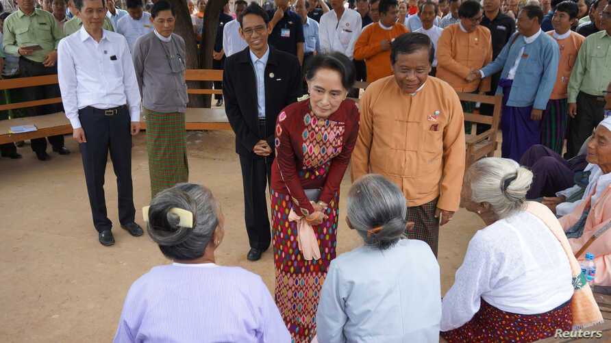 Myanmar's State Counsellor Aung San Suu Kyi talks to the elderly at a peace talk conference in May Tain Kan village, Wundwin, in Mandalay Division, Aug. 7, 2017.