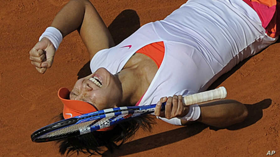 Li Na of China celebrates defeating Francesca Schiavone of Italy in the women's final of the French Open tennis tournament in Roland Garros stadium in Paris, June 4, 2011.