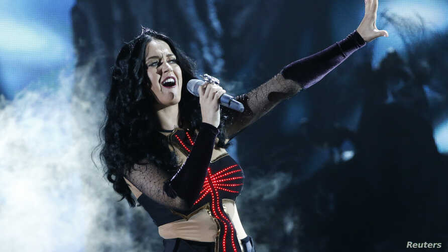 """Katy Perry performs """"Dark Horse"""" at the 56th annual Grammy Awards in Los Angeles, California, January 26, 2014."""