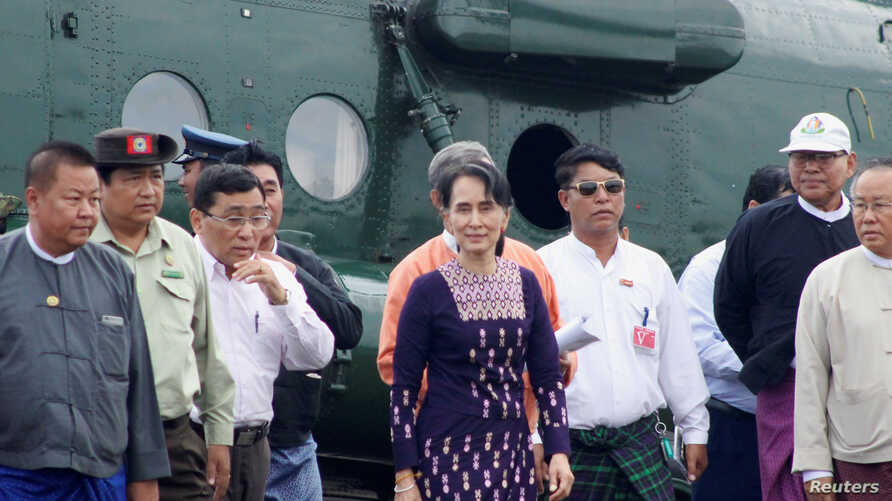 Myanmar's de facto leader Aung San Suu Kyi arrives at Sittwe airport after visiting Maungdaw in the country's Rakhine state, Nov. 2, 2017.