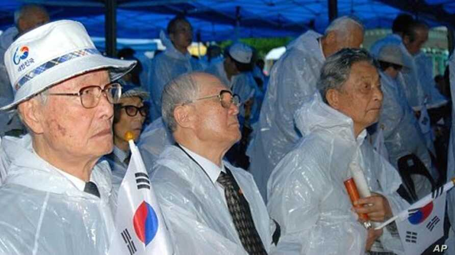 Elderly South Koreans at rally marking 100th anniversary of annexation of Korea by Japan, at Pagoda Peace Park, Seoul, 29 Aug. 2010