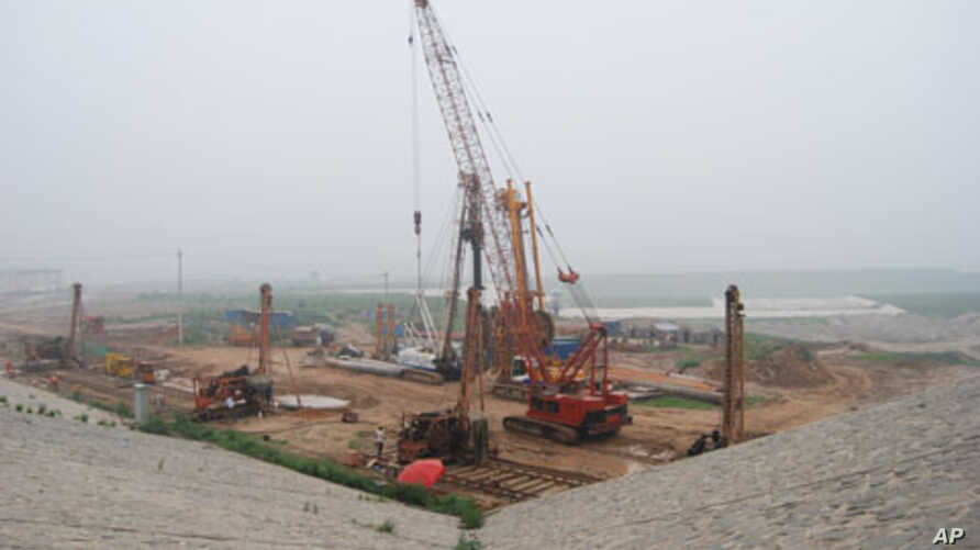 Engineers construct a base to the Daning Reservoir, an important link in the South-North Water Transfer Project