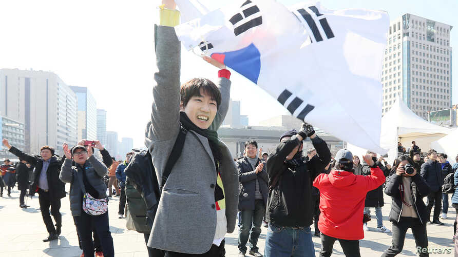 People react to the decision of the Constitutional Court over the impeachment of South Koeran President Park Geun-hye in Seoul, South Korea, March 10, 2017.
