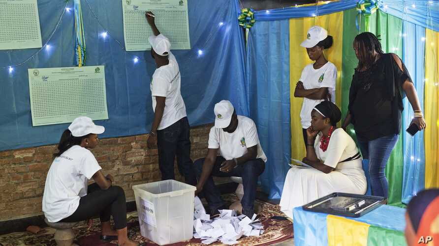 Vote count starts in a polling station in Rwanda's capital Kigali, Aug. 4, 2017, for the presidential elections.