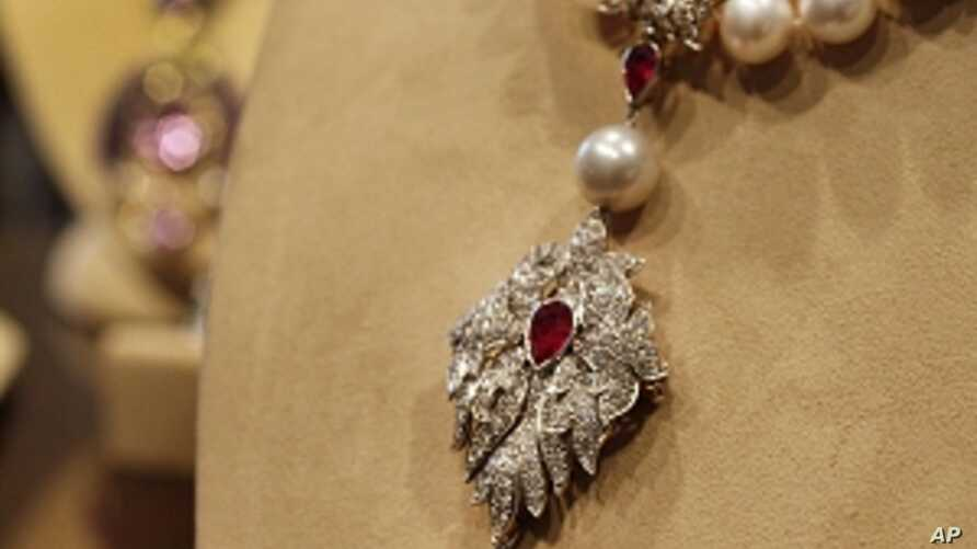 "This Sept. 1, 2001, file photo shows Elizabeth Taylor's ""La Peregrina,"" an early 16th century pearl, ruby and diamond necklace by Cartier, that was gift from Richard Burton to Elizabeth Taylor, at Christie's, in New York."