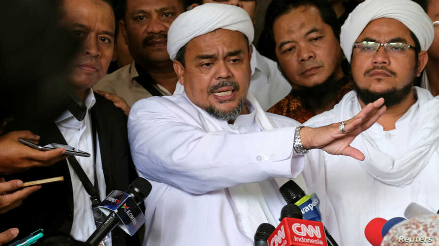 Leader of Islamic Defenders Front (FPI) Habib Rizieq (C) talks to reporters at a court after the blasphemy trial of Jakarta's incumbent governor Basuki Tjahaja Purnama, also known as Ahok, in Jakarta, Indonesia, Feb. 28, 2017.