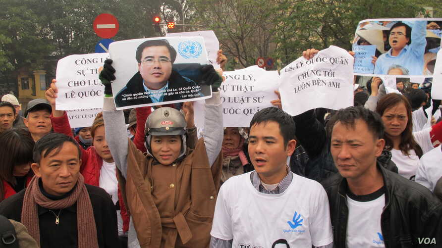 Le Quoc Quyet, 2nd from R, at a rally supporting Le Quoc Quan, Hanoi, Vietnam, Feb. 18, 2014. (Marianne Brown for VOA)