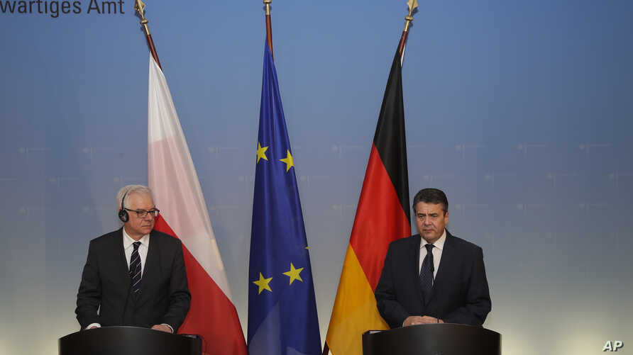 German Foreign Minister Sigmar Gabriel (R) and his Polish counterpart Jacek Czaputowicz (L)  brief the media after a meeting at the foreign ministry in Berlin, Jan. 17, 2018.