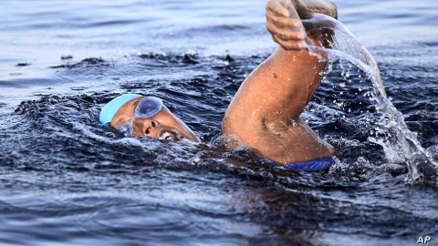 U.S. long-distance swimmer Diana Nyad starts her attempt to swim to Florida from Havana September 23, 2011.