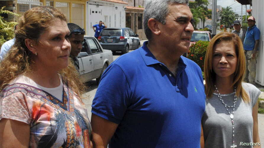FILE - Former general Raul Baduel (C) talks to the media next to his wife Cruz Maria de Baduel (L) and his daughter, in front of their house in Maracay, Venezuela, Aug. 13, 2015.