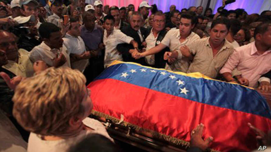 Supporters surround coffin of former President  Carlos Andres Perez in Caracas, Venezuela, Oct. 4, 2011.