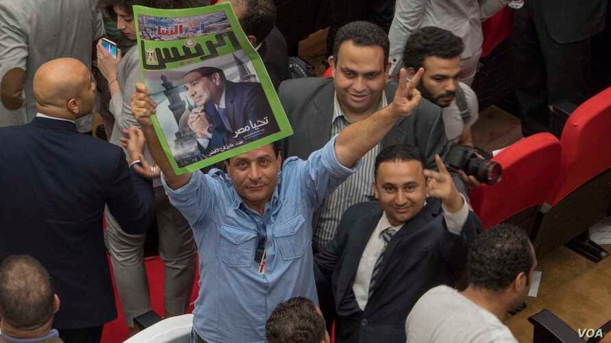 A man reacts after National Electoral authority declares incumbent president Abdel Fattah el Sisi the winner of the presidential election, Cairo, Egypt, April 2, 2018. (Photo: H. Elrasam for VOA)