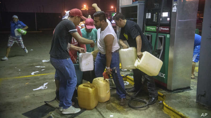 Residents pilfer gasoline and diesel from a gas station following protests against an increase in fuel prices in Allende, southern Veracuz state, Mexico, Jan. 3, 2017. Nationwide protests continued as small groups shut down or looted gas stations an