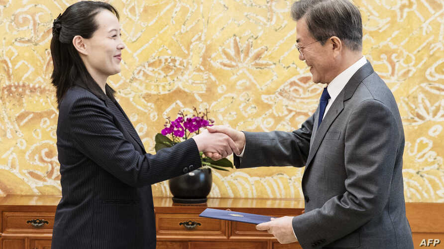North Korean leader Kim Jong Un's sister Kim Yo Jong hands an autographed letter from Kim Jong Un to South Korea's President Moon Jae-in during their meeting at the presidential Blue House in Seoul,  Feb. 10, 2018.