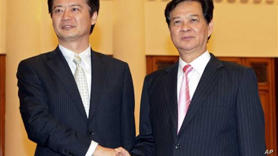 Japanese Foreign Minister Koichiro Gemba (L) shakes hands with Vietnamese Prime Minister Nguyen Tan Dung during their meeting at the Government Office in Hanoi, Vietnam, July 14, 2012. (AP)