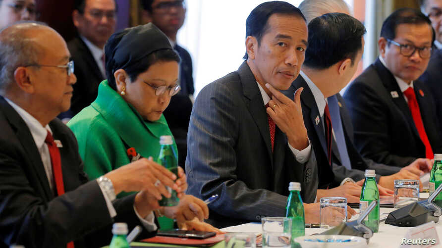 Indonesian President Joko Widodo (center) participates in a meeting with Australian business leaders during his visit to Sydney, Australia, Feb. 25, 2017.