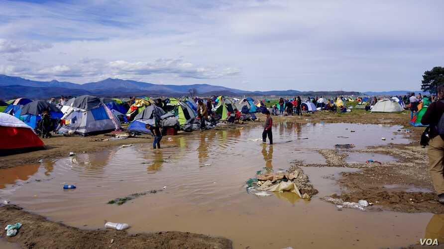 The downpours have flooded parts of the makeshift camp at Idomeni on the Greek-Macedonian border. (J. Dettmer/VOA)