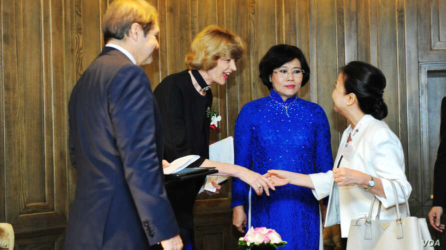 Lord Mayor of London Fiona Woolf (second from left) meets REE Corporation CEO Nguyen Thi Mai Thanh, one of Vietnam's most famous businesswomen.