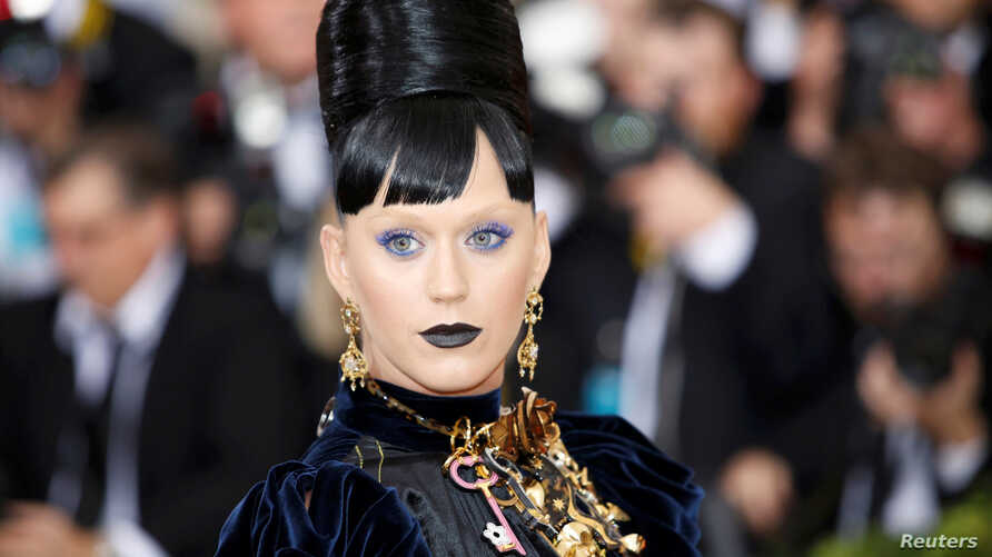 """Singer-songwriter Katy Perry arrives at the Metropolitan Museum of Art Costume Institute Gala (Met Gala) to celebrate the opening of """"Manus x Machina: Fashion in an Age of Technology"""" in the Manhattan borough of New York, May 2, 2016."""