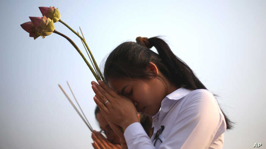 Two girls offer prayers to Cambodia's former King Norodom Sihanouk in Phnom Penh, February 4, 2013.
