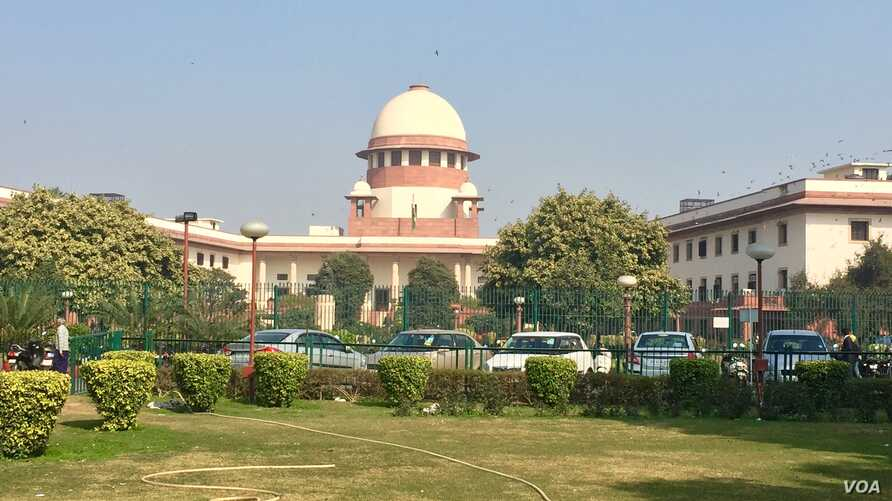 """India's Supreme Court is hearing a petition by a Muslim woman who says the practice of """"triple talaq"""" or instant divorce is unconstitutional. (A. Pasricha/VOA)"""