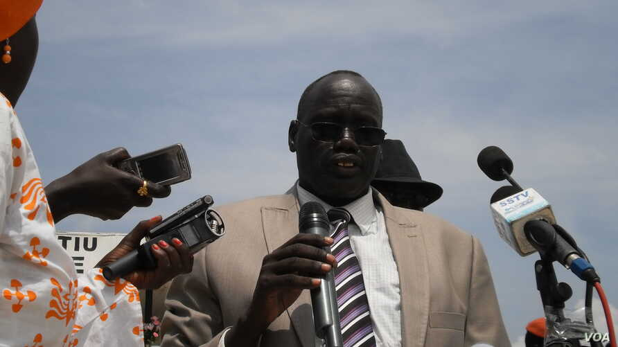 Lawmakers pass a no-confidence vote in Unity state speaker Simon Maguek Gai, shown here addressing a crowd during celebrations of South Sudan's independence. (VOA/Bonifacio Taban)
