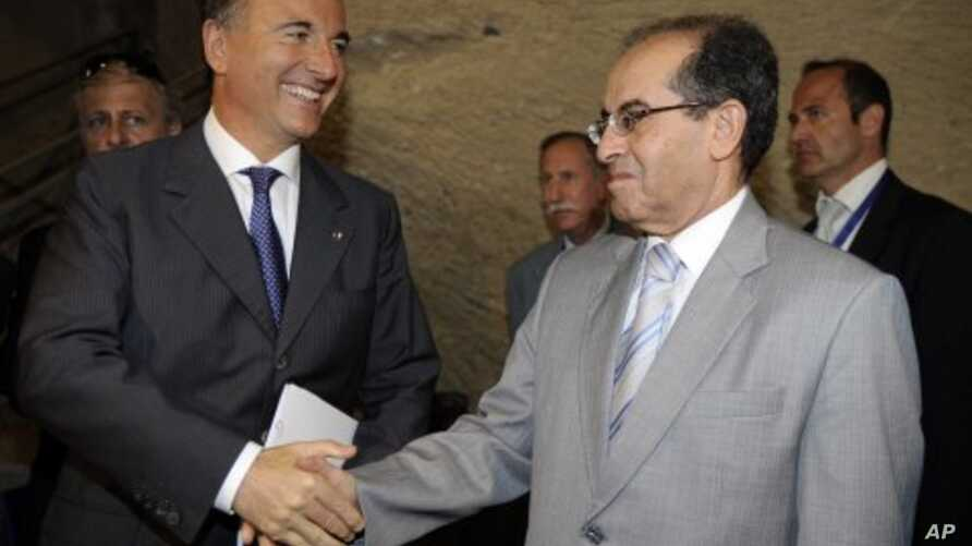 Foreign Minister Franco Frattini, left, and Mahmoud Jibril, the head of the executive committee of Libya's rebel group, the Transitional National Council in Naples, Italy (File Photo - June 17, 2011)