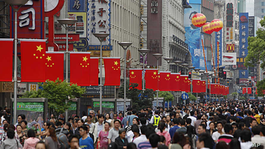 People throng the Nanjing Road shopping district in Shanghai, April 30, 2011.