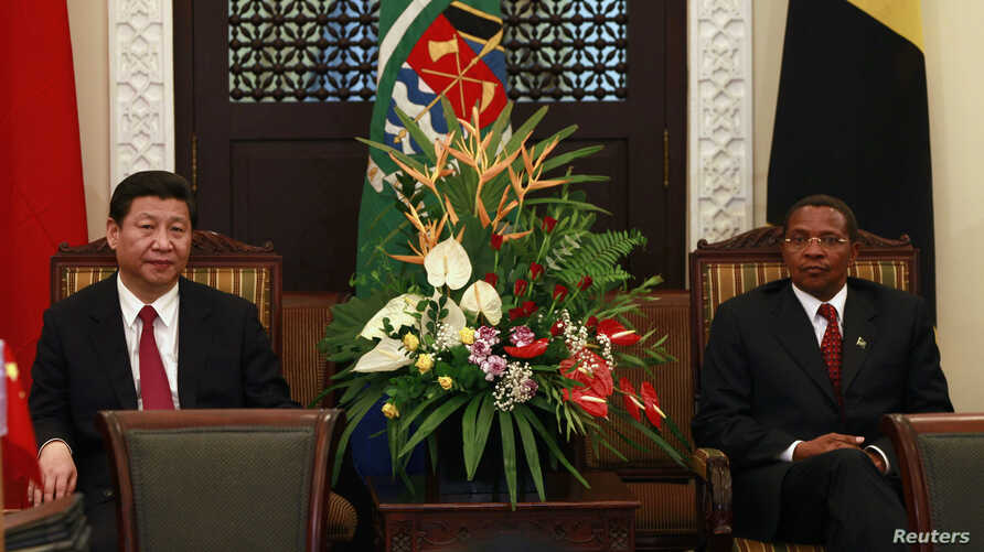 China's President Xi Jinping (L) and his Tanzanian counterpart Jakaya Kikwete (R) attend official talks on bilateral issues at the State House in Dar es Salaam, Mar. 24, 2013