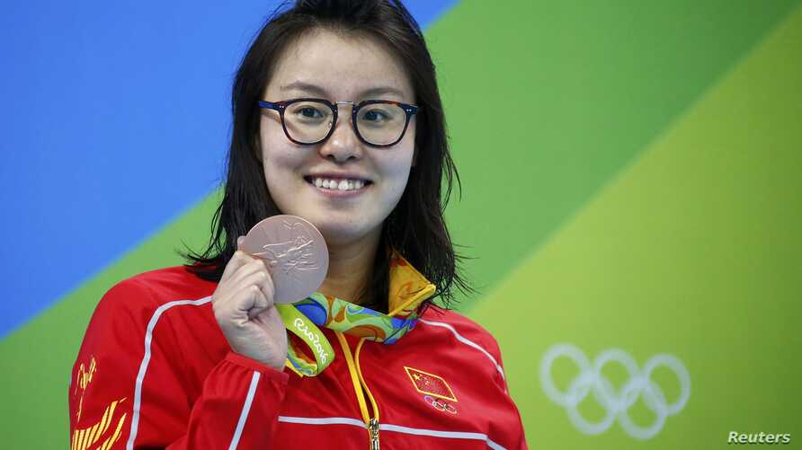 Fu Yuanhui of China poses with her medal, August 8, 2016.