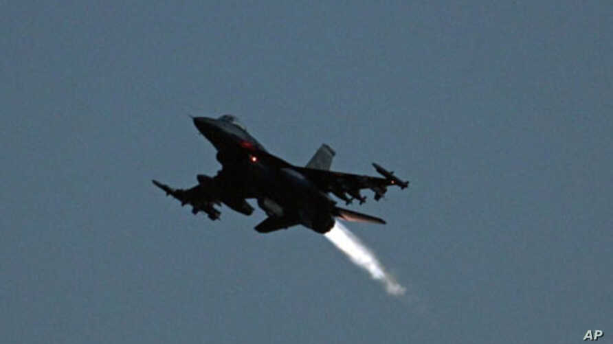 An F-16 jet fighter bound for Libya takes off from a NATO airbase in Aviano, Italy, March 20, 2011. (file photo)