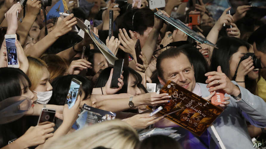 """Actor Simon Pegg takes a selfie with fans during a promotional event for his latest film """"Star Trek Beyond"""" in Seoul, South Korea, Aug. 16, 2016."""
