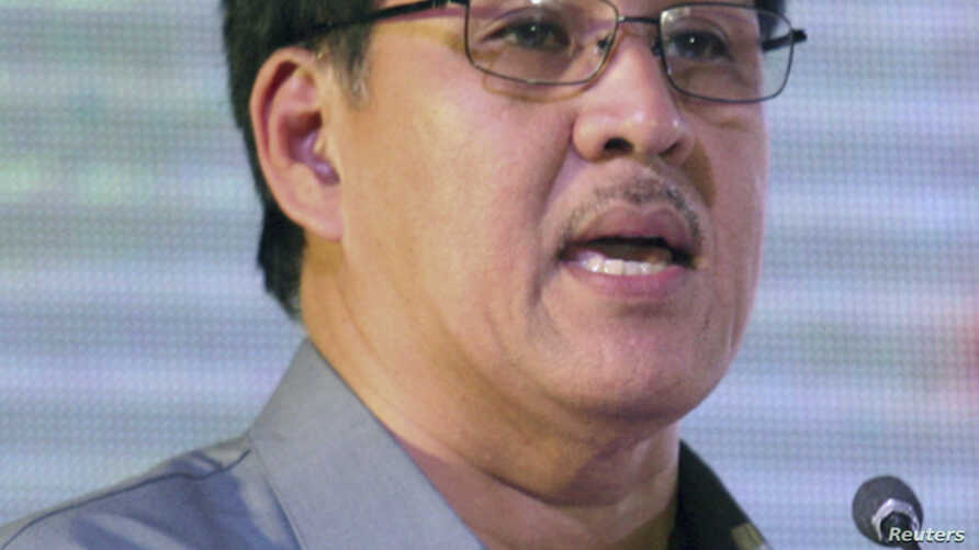 Philippine Interior Minister Jesse Robredo speaks during a meeting with local police officials in Mandaue city in Cebu, central Philippines, August 18, 2012.