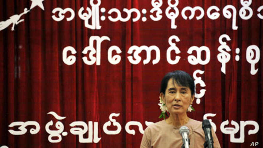 Burmese democracy icon Aung San Suu Kyi addresses NLD youths during a meeting at the National League for Democracy (NLD) headquarters in Rangoon, June 28, 2011