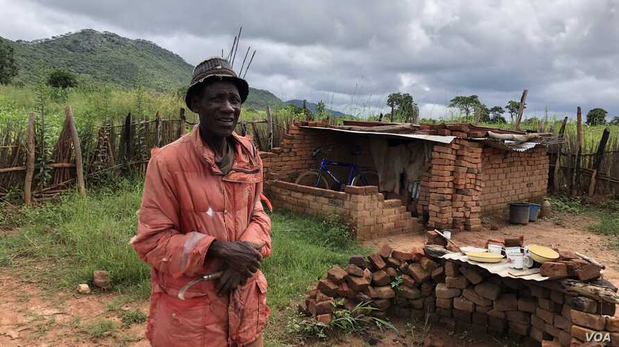 One of the farmers, 71-year old King Maposa, is seen at Manzou farm in Mazowe, Zimbabwe, March 2, 2018, near what he now calls his bedroom, one that he has to crawl into. He says it has been three years of stress. (S. Mhofu/VOA)