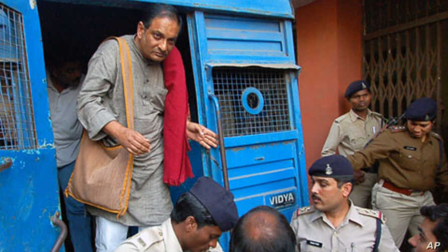 Indian doctor Binayak Sen is brought to a court in the central Indian city of Raipur (File)