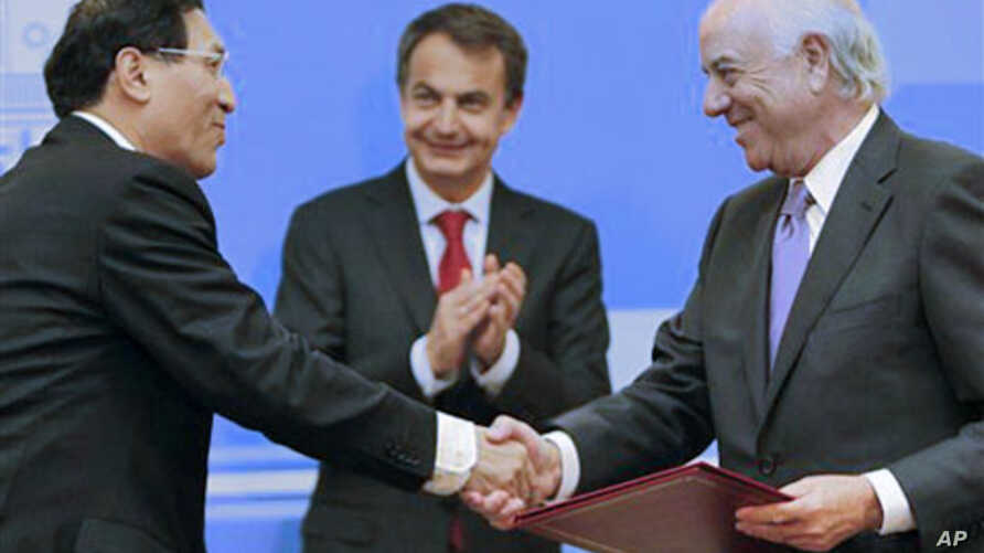 BBVA bank president Francisco Gonzalez, right, shakes hands with Deputy Governor of China Development Bank Zheng Zhijie after signs a commercial agreement with China at the Moncloa Palace in Madrid, 5 Jan 2011.