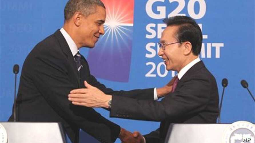U.S. President Barack Obama shakes hands with South Korea's President Lee Myung-bak during a joint press conference at the presidential Blue House in Seoul, 11 Nov 2010