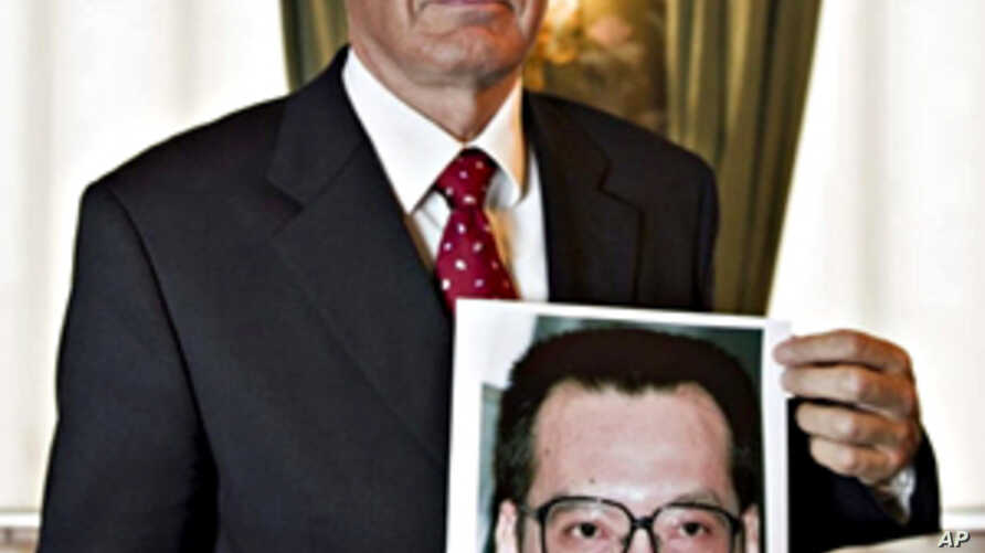 Norwegian Nobel Committee Chairman Thorbjoern Jagland holds up a photograph of jailed Chinese dissident Liu Xiaobo who won the 2010 Nobel Peace Prize, 08 Oct. 2010