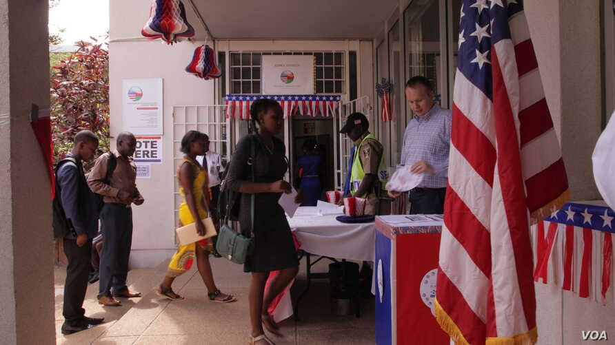 Students from various colleges vote in a mock election at the U.S. Embassy in Lilongwe, Malawi, Nov. 8, 2016. (L. Masina/VOA)