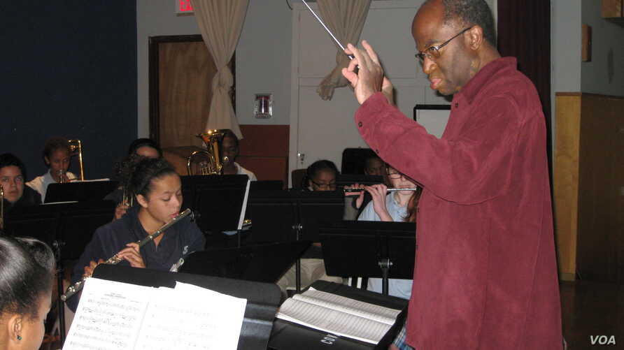 Michael Morgan giving a lecture and master class to students at the Conservatory of Vocal and Instrumental Arts, a music charter school in Oakland, California. (J. Mar/VOA).
