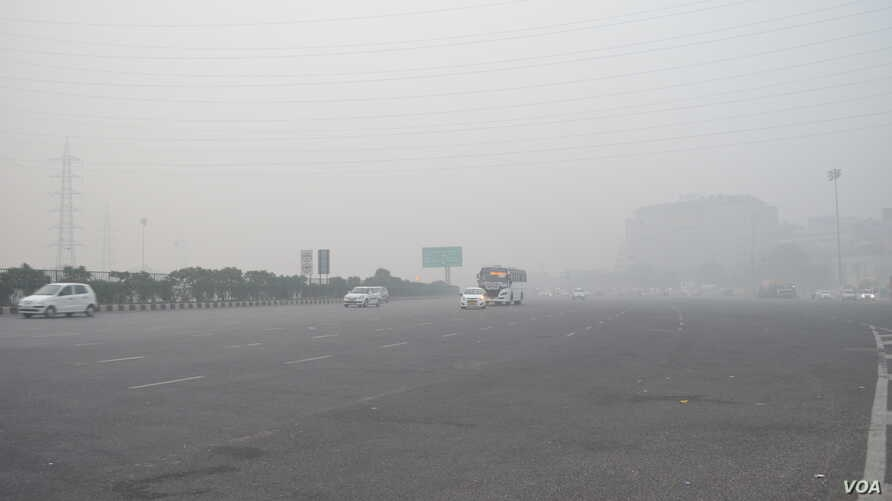 Delhi has been blanketed in a grey smog as air pollution levels spike to 30 times the safe limit set by the World Health Organization. (A. Pasricha/VOA)
