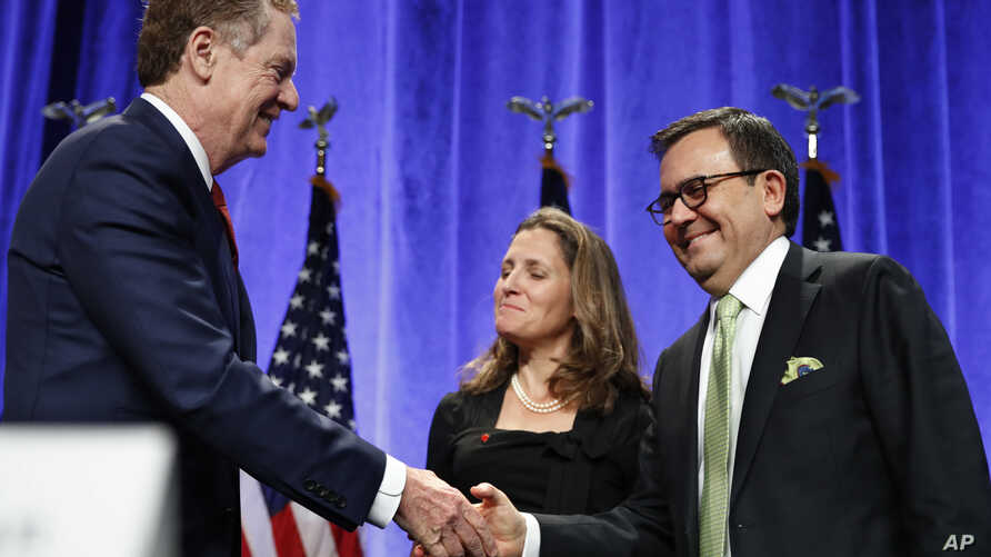 U.S. Trade Representative Robert Lighthizer, left, shakes hands with Mexico's Secretary of Economy Ildefonso Guajardo Villarreal, accompanied by Canadian Foreign Affairs Minister Chrystia Freeland, after attending a news conference at the start of NA...
