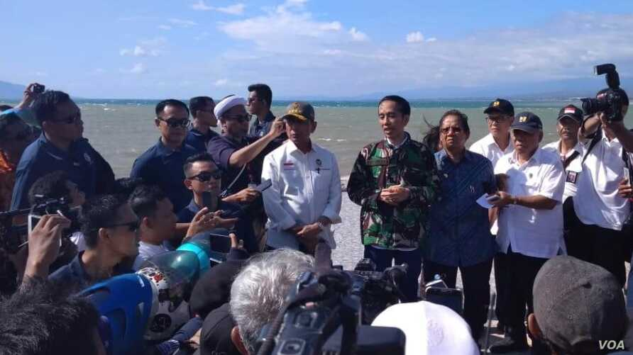 """Indonesian President Joko """"Jokowi"""" Widodo arrives in Palu, Central Sulawesi, to see the damage done by an  earthquake and tsunami at Talise Beach as well as the downtown of Palu, Sept. 30, 2018."""