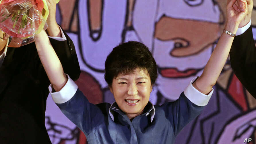 Former Saenuri Party leader Park Guen-hye waves to supporters during a national convention of the ruling Saenuri Party for a presidential primary in Goyang, South Korea, August 20, 2012.